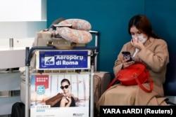 Пассажирка ждет рейса в римском аэропорту Фьюмичино. Март 2020 года