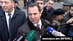 Министа обороны Армении Давид Тоноян беседует с журналистами, Ереван, 28 января 2019 г.