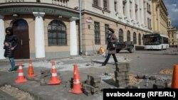 Напередодні планованої ходи вулицю в центрі Мінська біля Міністерства внутрішніх справ терміново перекопали на ремонт, 24 березня 2017 року