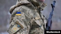 Український військовий у камуфляжній формі