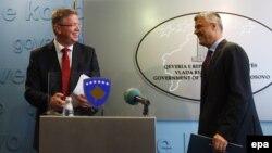 Eврокомесарот за проширување Штефан Филе и косовскиот премиер Хашим Тачи во Приштина.