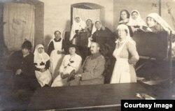 Personal medical german și un prizonier român (Foto: Expoziția Marele Război, 1914-1918, Muzeul Național de Istorie a României)