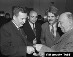 Академик Исаак Минц и профессор Г.М. Анпилогов (справа налево) беседуют с профессором Будапештского университета Аладаром Модом, 1955 год