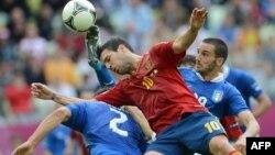 Испандық жартылай қорғаушы Сеск Фабрегас допқа талас кезінде. Испания мен Италия ұлттық командаларының кездесуі. Польша, Гданьск, 10 маусым 2012 жыл.