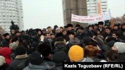 Выступления гражданских активистов на стихийном митинге по событиям в Жанаозене. Алматы, площадь Республики, 17 декабря 2011 года.