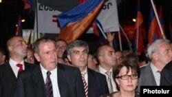 ოპოზიციის ლიდერი ლევონ ტერ-პეტროსიანი 31 მაისს ერევნის ცენტრში გამართულ დემონსტრაციას ხელმძღვანელობს