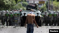 Կոլումբիացի ցուցարարները Կոլումբի-Վենեսուելա սահմանին քարեր են նետում Վենեսուելայի ուժայինների վրա, արխիվ