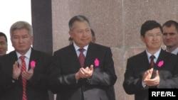 Жоогазын революциясынын 1 жылдыгы. Премьер-министр Ф.Кулов, президент К.Бакиев, парламент спикери М.Султанов. 2006-жылдын 24-марты. Бишкек.