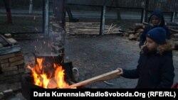 Маленький житель пансіонату «Джерело», в якому проживають переселенці без опалення та гарячої води. Пуща Водиця, грудень 2019 року