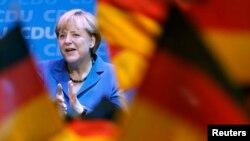 Германия -- Ангела Меркел шайлоо күнкү алгачкы экзит-полдун жыйынтыгынан кийин тарапкерлеринин алдында, 22-сентябрь, 2013.