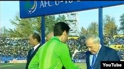 O'zbekiston Futbol Federatsiyasining prezidenti Mirabror Usmonov eronlik hakamning qaroriga norozichilik bildirib o'yinning so'ngida unga qo'l uzatmadi.