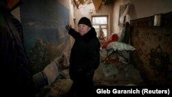 Чоловік вказує на руйнування у своєму помешканні внаслідок обстрілів, Авдіївка, 2 лютого 2017 року