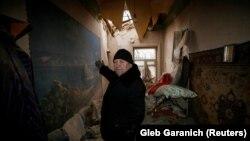 Чоловік на пошкоджене внаслідок обстрілів житло в Авдіївці, 2 лютого 2017 року