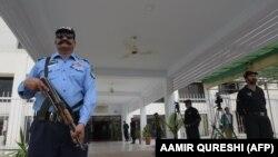 У здания парламента Пакистана в Исламабаде.