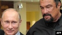 Владимир Путин принимает своего друга Стивена Сигала в Москве. Март 2013 года