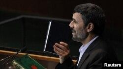 Президент Ирана Махмуд Ахмадинежад с Кораном в руках выступает на сессии Генеральной ассамблеи ООН