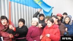 Жители проблемного общежития проводят акцию протеста. Алматы, 23 декабря 2008 года.