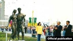 Президент Казахстана Нурсултан Назарбаев на открытии скульптуры «Влюбленные».