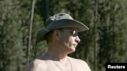 Владимир Путин во время сплава по Енисею в компании принца Альбера II