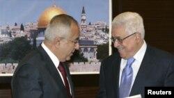 Премьер-министр Палестинской автономии Салам Файяд (слева) вручает документ об отставке правительства главе Палестинской автономии Махмуду Аббасу