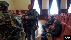 Луганскідегі қауіпсіздік мекемесі кеңсесін басып алған ресейшіл шерушілер. Украина, 7 сәуір 2014 жыл.