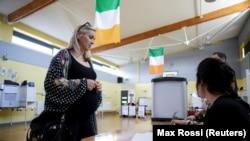 Беременная женщина голосует на референдуме об отмене запрета на аборты в Ирландии