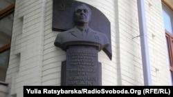 Бюст Леоніду Брежнєву на будинку, де він жив, у Дніпропетровську