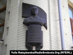 Бюст Брежнева на стене дома, в котором он жил. Днепропетровск, 10 ноября 2011 года.