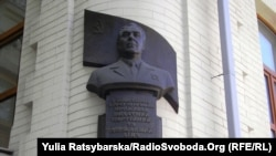 Бюст Леоніду Брежнєву на будинку, де він жив, у Дніпропетровську, 10 листопада 2011 року