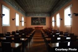 Заля «Tinello dei Dottori» ў біскупскім палацы Падуі, дзе ў XV-XVI стагодзьдзях праводзіліся экзамэны, і дзе 9 лістапада 1512 году Скарына ў прысутнасьці мясцовага кардынала здаў другі (больш цырыманіяльны) экзамэн на званьне доктара мэдыцыны. Тут першадрукару былі ўрачаныя дыплём і доктарская мантыя.