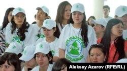 """Группа поддержки ГЛК на слушаниях в маечках с надписью: """"Я за Кокжайляу"""". Алматы, 5 мая 2014 года."""