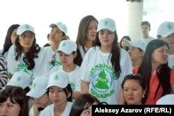 Даулы жобаны жақтайтындар «Мен Көкжайлауды қолдаймын» деген жазуы бар майка киіп тұр. Алматы, 5 мамыр 2014 жыл.