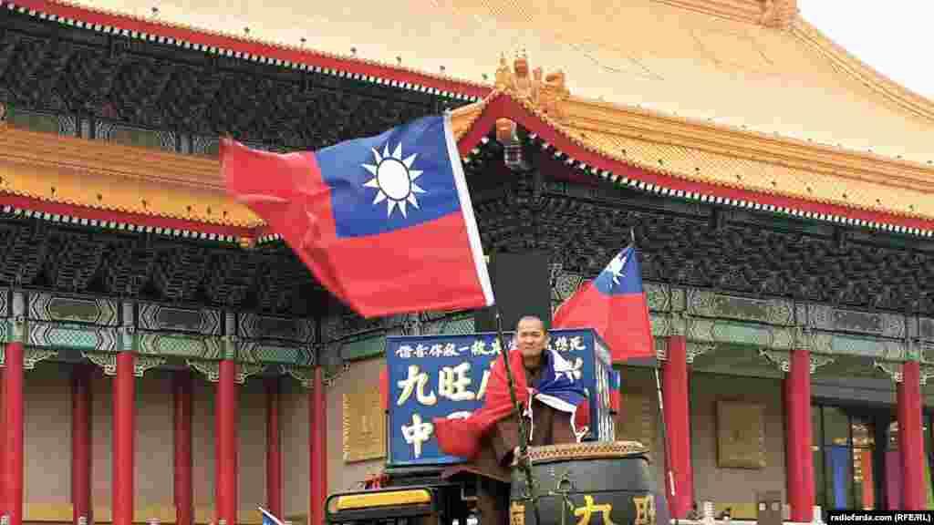 پرچم تایوان در دستان یکی از شهروندان در برابر کاخ یادبود چیانگ کایشک.