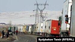 Грузовые фуры в очереди на кыргызско-казахской границе (архивное фото).