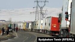 Грузовые автомобили на границе с Казахстаном. Октябрь, 2017 год.