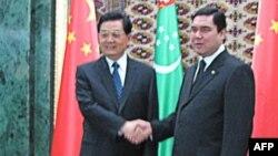 Напередодні запуску газопроводу, яким туркменський газ почали експортувати до Китаю, 13 грудня в Ашгабаті відбулася зустріч президентів Туркменистану і Китайської Народної Республіки, Ґурбанґули Бердімухаммедова (справа) і Ху Цзіньтао