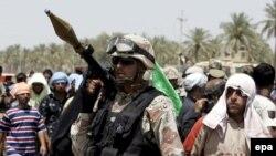 یک سرباز عراقی در اللطیفیه که مامور حفاظت از زائران شیعه است. (عکس:epa)