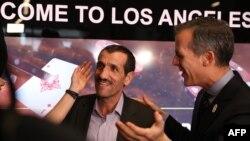 ИМА- Шаҳрдори Лос Анҷелес Эрик Гарсетти бо шаҳрванди Эрон Али Войеғон сӯҳбат мекунад. 2 феврали соли 2017.