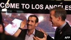 Мер Лос-Анджелеса Ерік Гарчетті зустрічає іранського громадянина Алі Ваєгяна в аеропорту, 2017 рік