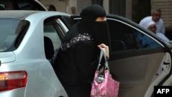 Саудовская женщина выходит из своей машины. Эр-Рияд, 26 мая 2011 года.
