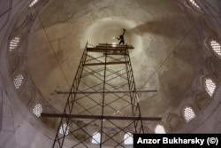 Реставратор под сводами мечети