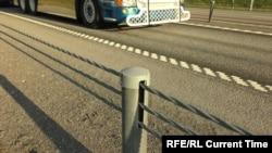 Металеві канати замість «відбійників» на дорозі в Швеції