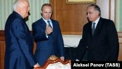 Геннадий Гагулия (оңдо) Орусия жана Грузиянын президенттери менен, 2003-жыл.