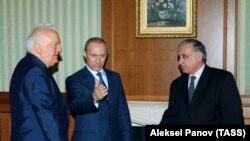 Гагулия Геннадий (аьтту агIор) Оьрсийчоьнан а, Гуьржийчоьнан а президенташца 2003-чу шарахь.