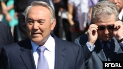 Президент Казахстана Нурсултан Назарбаев и руководитель его администрации Аслан Мусин (справа).