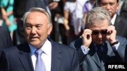 Президент Казахстана Нурсултан Назарбаев и бывший руководитель его администрации Аслан Мусин. Астана, 1 июня 2010 года.