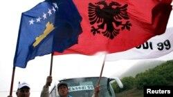 Косовонун жана Евробиримдиктин байрагын көтөргөн косоволук албандар. Приштинанын жанында. 16-апрель, 2014-жыл