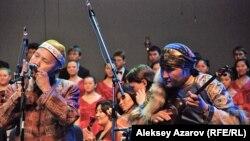 """Едил Кусаинов и Аскар Султангазин на казахстанской премьере симфонии """"Шакарим"""". Алматы, 10 октября 2012 года."""