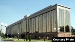 Здание кабинета министров Узбекистана. Фото взято с веб-сайта UzReport.