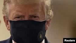 Президент США Дональд Трамп в маске во время посещения медицинского центра.